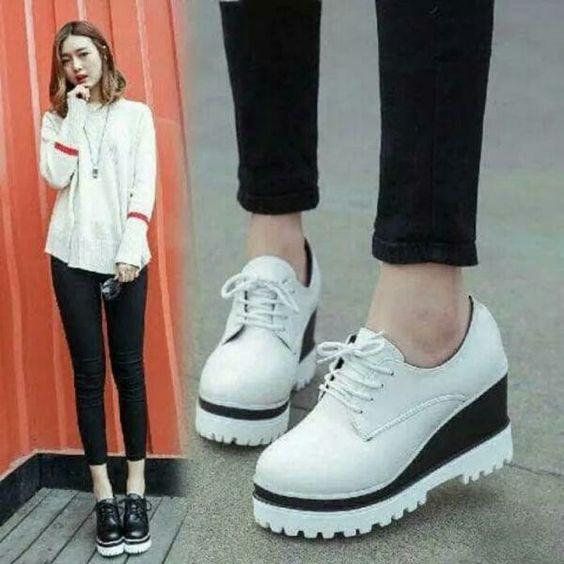 Gaya pakaian memakai sepatu sneaker