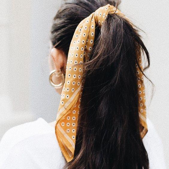 Los pañuelos son accesorios para el pelo que también lucen genial en coletas.