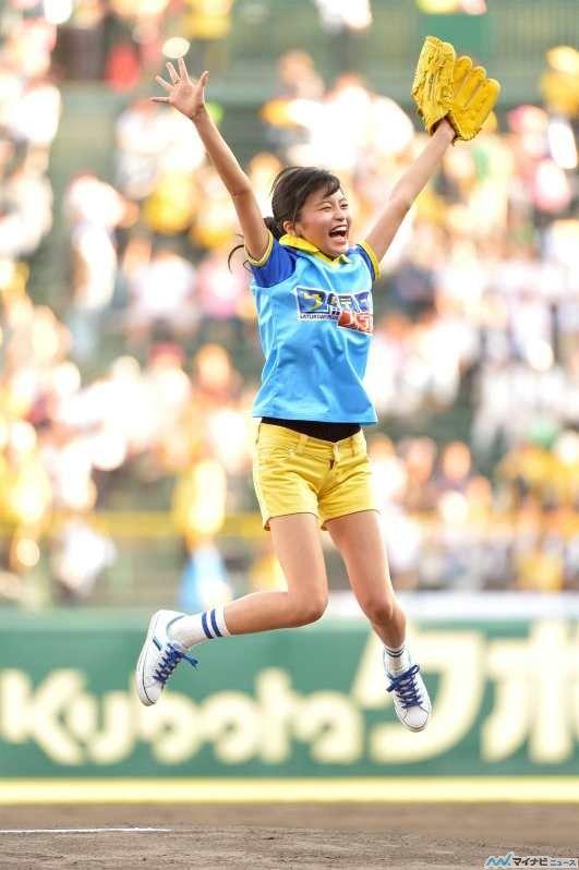 投球式で喜ぶかわいい小島瑠璃子