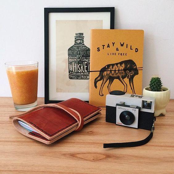 La mañana esta lista para arrancar en VincentCousteau! Desayuno y producción para un miércoles especial ☀️ #orange #morning #workisnotajob #goodday #goodvibes #staywild #livefree #wolf #lobo #animal #nature #workisnotajob #casoriobonis #miercoles #camara #kodak #joncontino #whisky #type #handmade #VincentCase #leather #notebook #cactus