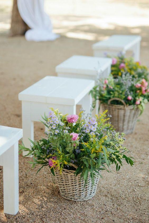 Decoración para boda en el campo cestas de flores #boda #decoracionparaboda