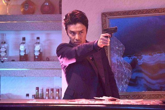 銃を向ける長谷川博己