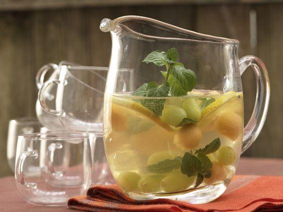 Weiße Sangria mit Trauben und Melone - smarter - Kalorien: 204 Kcal - Zeit: 20 Min. | eatsmarter.de