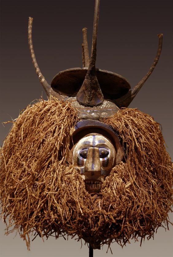 "Galerie Bruno Frey, Arts anciens d'Afrique et d'Océanie - Luba Songye. H: 24 cm. Téké. h: 16 cm. Masque Yaka; Masque Baga. Masque ""ejumba"" Diola."