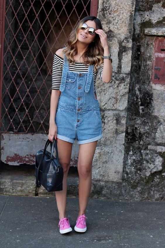 jardineira jeans, listras e superga: