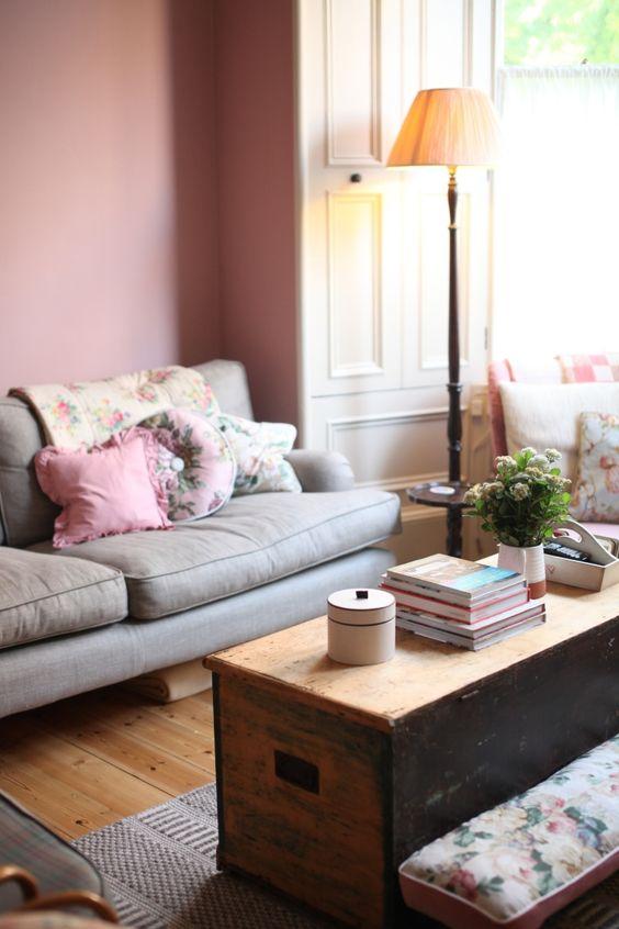 Wohnzimmer mit individuellem Charakter und Wandfarbe Altrosa