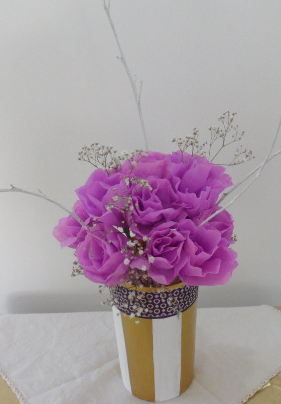 Centro de mesa de flores de papel en lila y elementos - Centros de mesa naturales ...