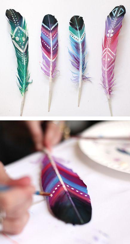 #DIY. Plumas pintadas. Adornos para rincones de casa. Twitter: http://ift.tt/1lvn84O Facebook: http://ift.tt/1mWPMZv