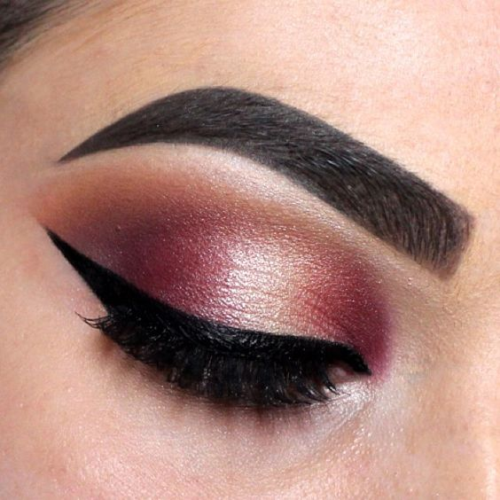 @nikitahhx 🇳🇿 gives us major winged liner envy with this sleek, sharp look created using lasting drama gel liner in 'black'. #mnyitlook