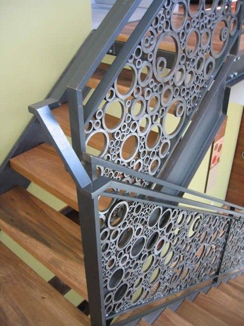 Tubos de PVC de diversos diâmetros fazem o guarda corpo desta escada. Lindo!: