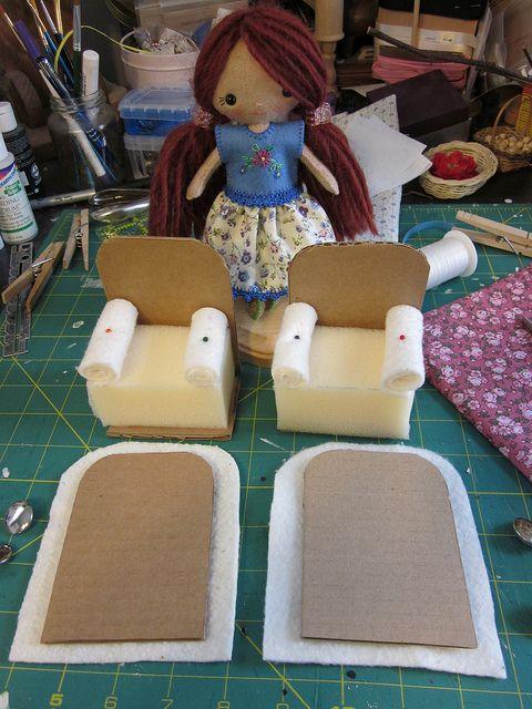 How to make Cardboard Easy Chair2 by toureasy47201, via Flickr. Sillón de casa de muñecas.