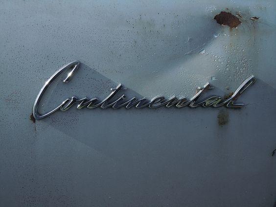 1962 Lincoln Continental rear side logo