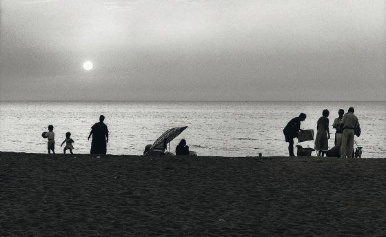 Niños y adultos se relajan en una playa en Argel (Argelia) en 1999, a orillas del Mediterráneo. / RAYMOND DEPARDON (MAGNUM)