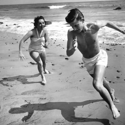 Photo: Elizabeth Liz Taylor and Roddy Mcdowall Playing on the Beach 1948 : 16x16in
