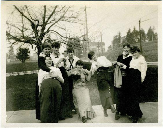 Группа женщин с вязанием   Photograph of women, most likely in a knitting circle, ca. 1914.