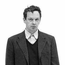 Tom Dixon, designer britannique autodidacte spécialisé dans le mobilier de récupération soudé.