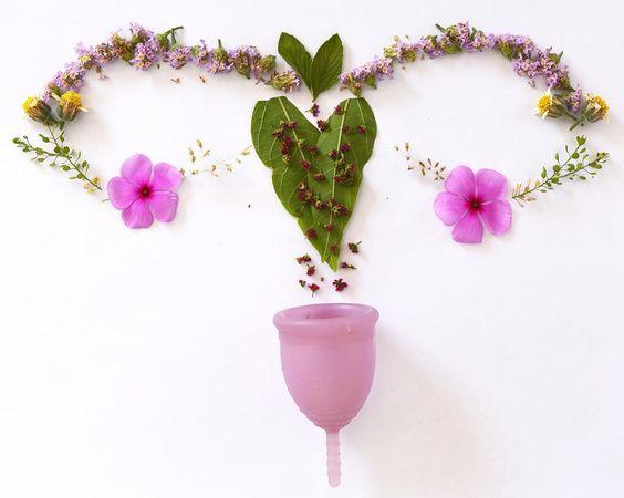 Florzinhas e matinhos do meu quintal se transformam nesse útero florido para celebrar meu primeiro ciclo com coletor menstrual. Foi lindo! Arte feminina em sintonia com meu sagrado feminino
