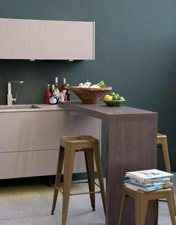 Grando vtwonen keuken Skin Comfort met houtlook heeft zwevende lades van 180 centimeter breed, een kunststof werkblad en rvs wand.