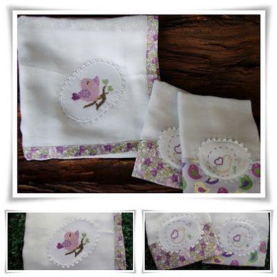Toalha fralda e fralda de boca com detalhes em fazenda floral e bordados manuais.