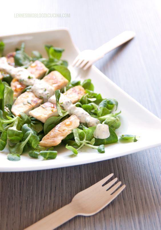 """Petti di pollo alla griglia con crema di panna e senape di Digione. Il pollo a la Dijonnaise è ideale per aggiungere sapore e personalità al """"solito"""" pollo. ©annafracassi"""
