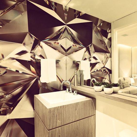 Um jeito diferente de decorar as paredes: gigantografia! O espelho ainda duplica a imagem deixando esse banheiro único! #carq #decorado #banheiro #gigantografia #adesivo #decoração #design #interiores #homedecor #interiordesign #arquitetura