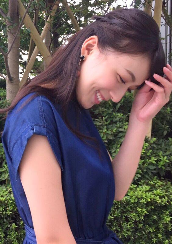 阿部華也子下を向いて微笑む可愛いポーズ