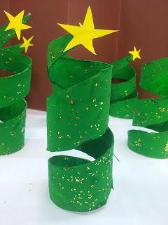 Árbol de navidad con rollos de papel higiénico.