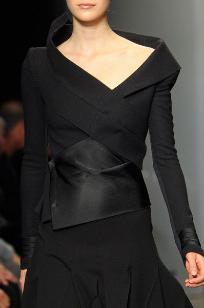 Donna Karan F12. #blusa #manga #saia #detalhe #gola #preto
