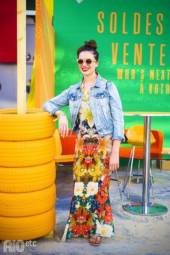 RIOetc | Sua majestade real | Alto astral transparece no look. Estampa floral no vestido super colorido, jaqueta jeans e óculos escuros.: