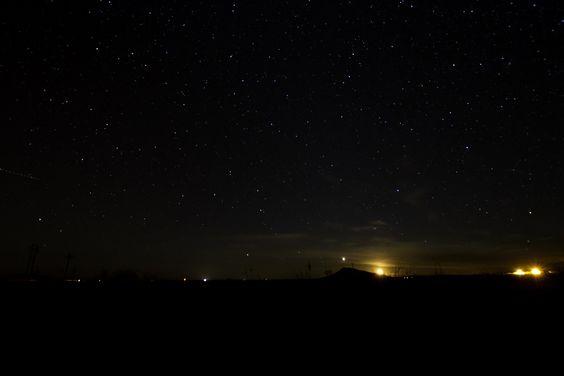 De natuur weet me overdag te verrassen, maar 's nachts bij een heldere hemel tuur ik maar al te graag naar de sterren. Na een avondje stappen vormen deze gasbollen geen betere ontspanning.