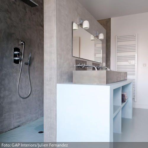 Eine Trennwand zwischen Dusch- und Spülbereich im Bad ist platzsparend und wirkt sehr modern. In Sandfarben mit Weiß erscheint das Badezimmer in natürlichem Gewand.