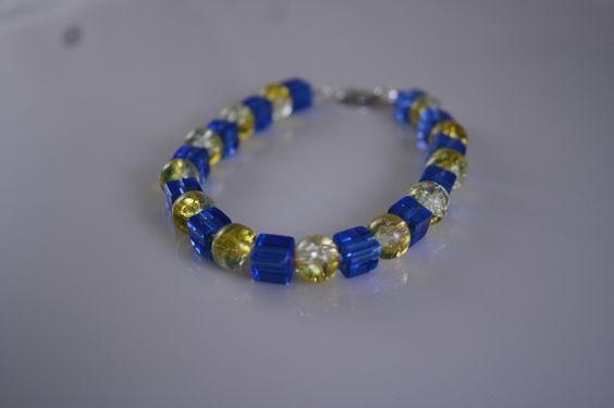 Perlenarmband mit blauen Würfeln und gelben Perle von Feekollektion auf DaWanda.com