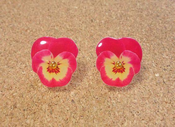 りんごのように美味しそうで、ハートのように可愛いピンクのビオラのイヤリングです♡黄色からピンクへのグラデーションがとっても綺麗!モチーフをレジンでぷっくりとコ...|ハンドメイド、手作り、手仕事品の通販・販売・購入ならCreema。