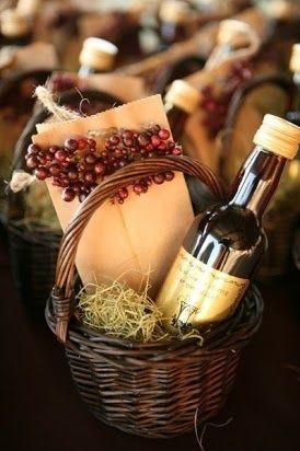 Un recuerdo para invitados con temática de viñedo como una pequeña botella de vito y una cartita con decoración usando figuras de uvas.: