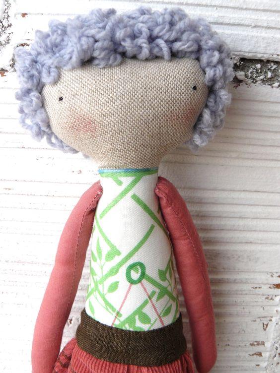 Muñeca de algodón y lino / 27 cm / Pelo rizado cosido a mano de AntonAntonThings en Etsy