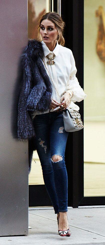 Ballerina + mörka jeans + vit skjorta + fuskpäls + stort halsband + axelremsväska