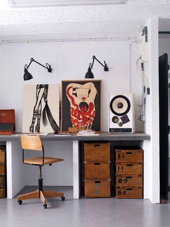 Oficina con decoración artística. Me encanta la idea para un estudio en casa.