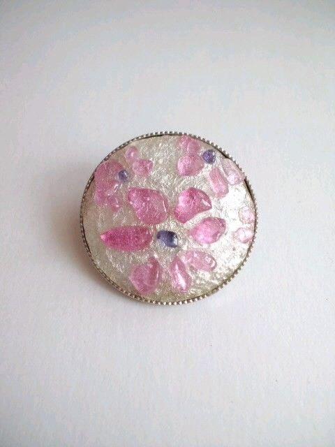 サイズ31×31㎜(正円)金具にはめ込んでありますので、割れる心配はありません。銀箔の上に色を置いているので、銀色が光に反射して「すごい、きれいや...|ハンドメイド、手作り、手仕事品の通販・販売・購入ならCreema。