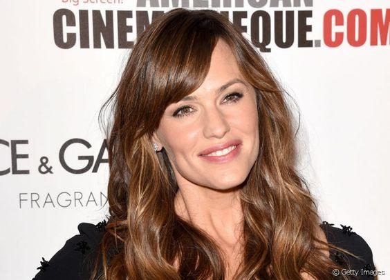 A atriz Jennifer Garner garantiu luminosidade às madeixas com mechas delicadas no estilo Sunset