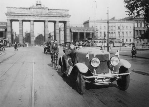 Berlin 14 Mai 1925 Start Zu Einer Reise Um Die Welt Im Auto Am Brandenburger Tor Brandenburger Tor Reise Um Die Welt Reisen