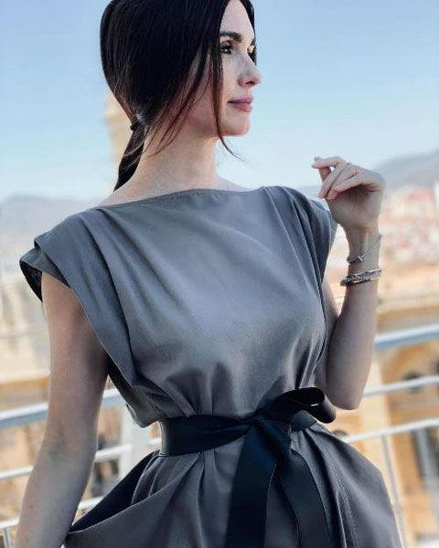Foto de paz vega con un recogido y vestido gris