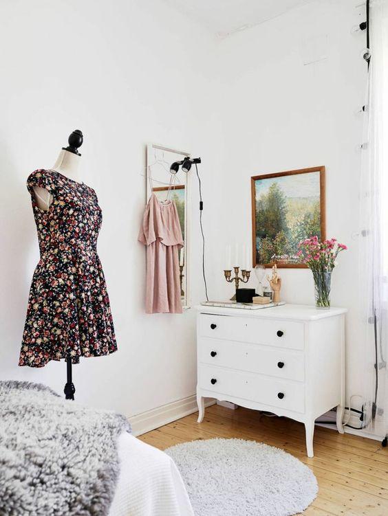 commode baroque blanche, porte-manteau mannequin