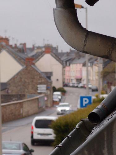 La gouttière : Curieux que je n'aie jamais songé à prendre la vue de la fenêtre du dortoir sous cet angle, du moins je n'en ai pas souvenir.     Samedi après-midi consacré par ailleurs à l'achat d'un équipement pour courir.    [samedi 28 avril 2012 16:33]  181112 2351 | gilda_f
