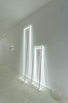 FRAME floor Free-standing aluminium frame with high-performance LED lights.