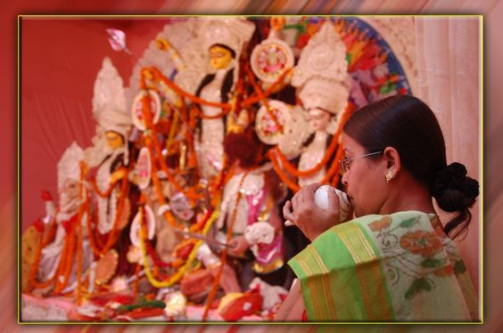 माँ की भक्ति मे .... PC-Aman Vishnu Woman in worship of Maa #Durga. #india #festival