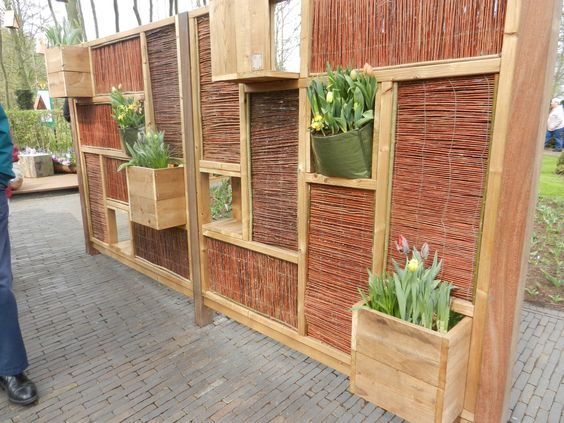 Creative outdoor privacy wall gardens fences privacy for Creative privacy screen ideas