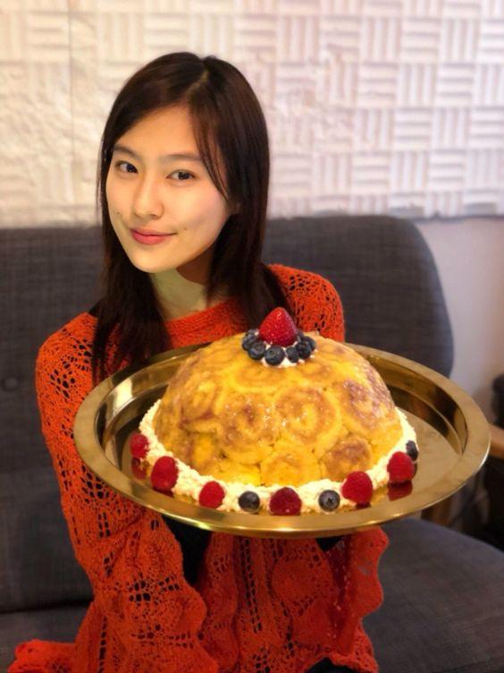 ケーキを手に持つ恒松祐里