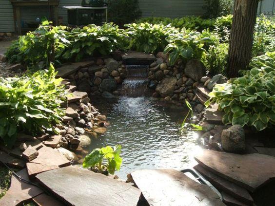 Schönen Gartenteich anlegen - Gestalten Sie einen Wassergarten - gartenteich mit brucke und bachlauf