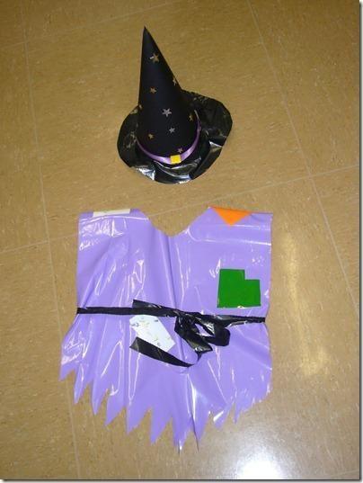 disfraces de halloween con bolsas de basura bruja con bolsa morada o violeta de plástico http://www.multipapel.com/producto-Bolsas-de-basura-de-colores-para-disfraces.htm