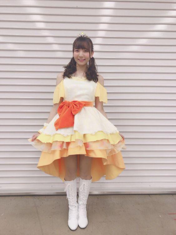 オレンジのドレスを着た和氣あず未さん